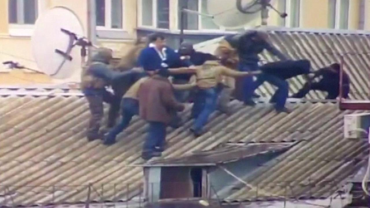 Oud-president Georgië dreigt met springen van dak