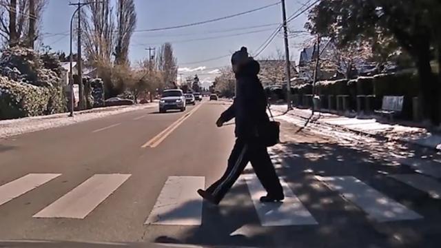 Automobilist mist op haar na overstekende voetganger in Canada