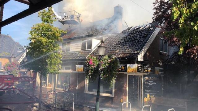 Centrum van Huizen tijdelijk afgesloten wegens uitslaande brand