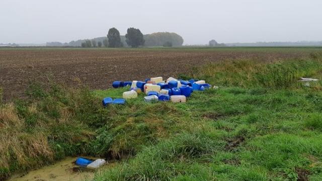 Politie vindt zeventig vaten met vermoedelijk drugsafval in Prinsenbeek