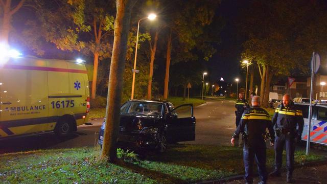 Dronken automobilist rijdt tegen boom in Leeghwaterstraat