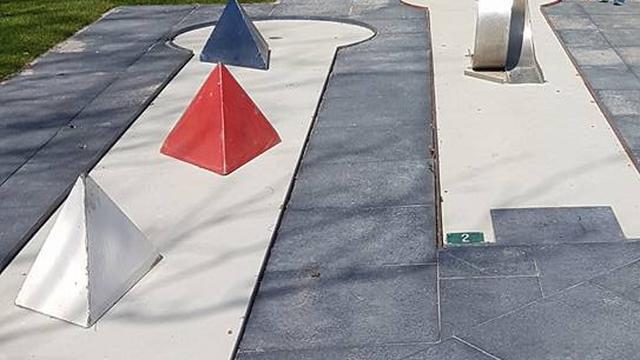 Onbekenden stelen tegels van midgetgolfbaan Alphen