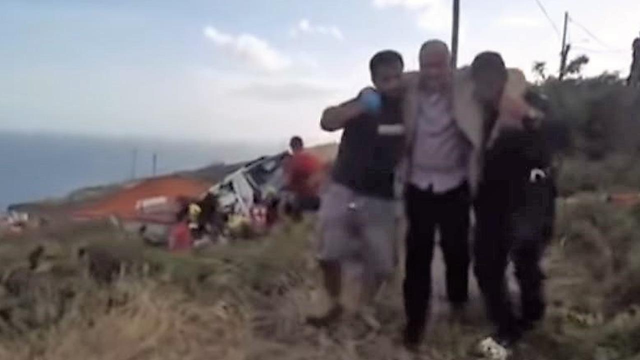 Hulpdiensten dragen slachtoffer dodelijk ongeluk Madeira weg