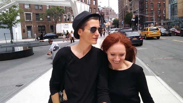 Lesbisch koppel gaat als kunstproject op trouwtournee