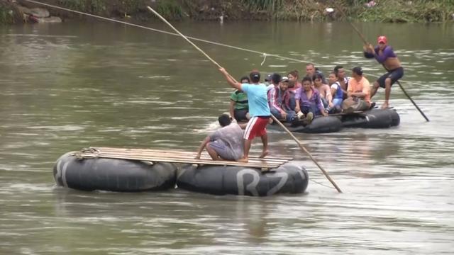 Honderden vluchtelingen steken rivier bij Mexico over