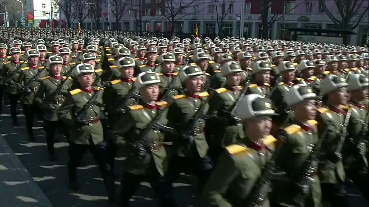 Duizenden militairen Noord-Korea paraderen in Pyongyang