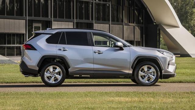 De Toyota RAV4 is een van de SUV's die je als bedrijfswagen kunt kopen