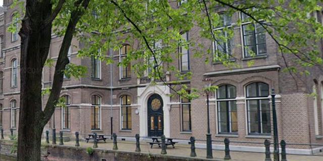 Kademuur van Grimburgwal in Amsterdam deels ingestort