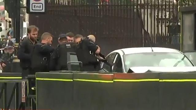 Agenten omsingelen auto die op Brits parlement inreed