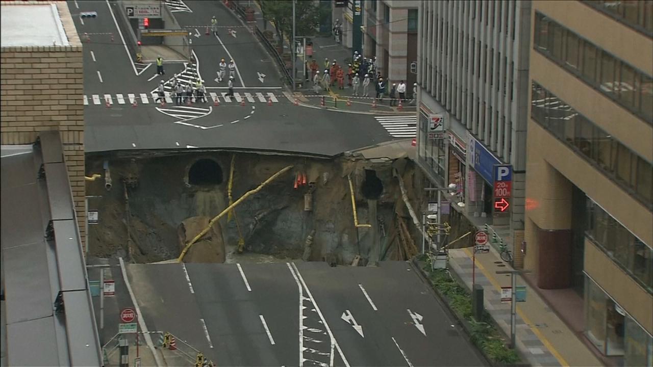 Enorm zinkgat in Japanse stad Fukuoka