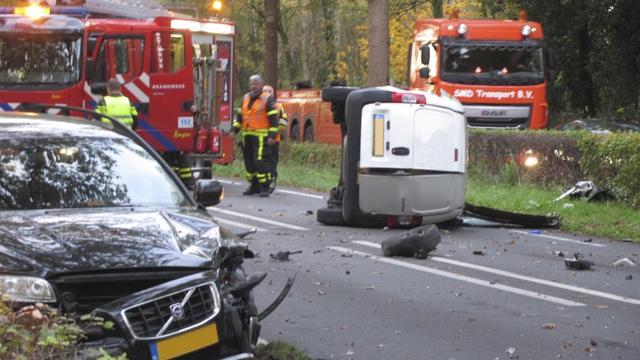 Harde botsing tussen auto's op Bredaseweg in Rijsbergen