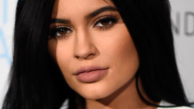 Kylie Jenner laat zich voor make-up inspireren door pasgeboren dochtertje
