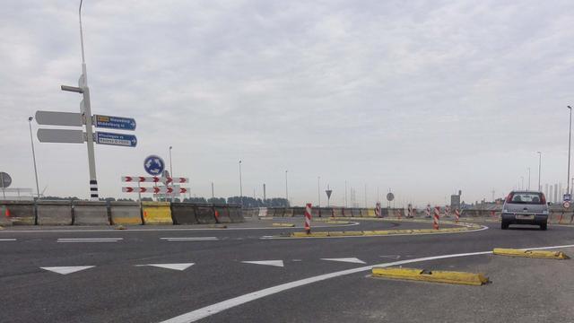 Tijdelijke rotonde Sloeweg bij Nieuwdorp maandagavond afgesloten