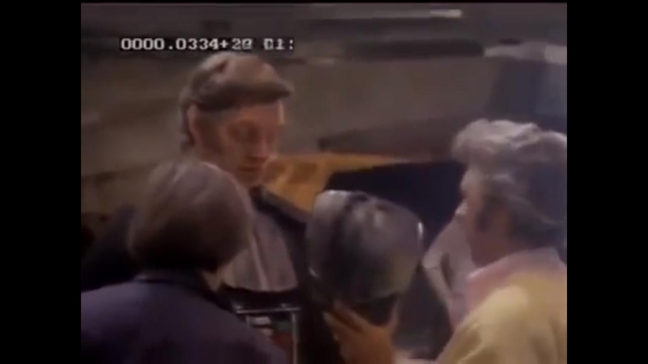 Dave Prowse krijgt Darth Vader kostuum aan in 1976