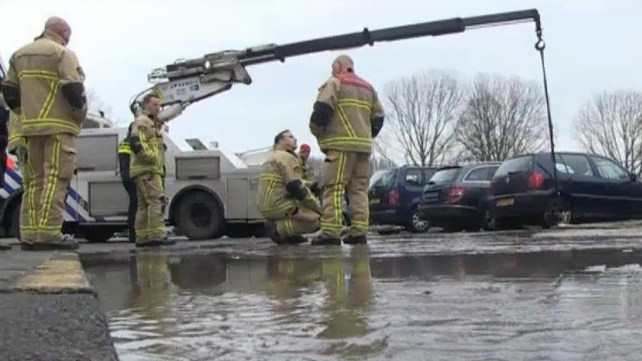 Politie sleept auto's weg na overstroming
