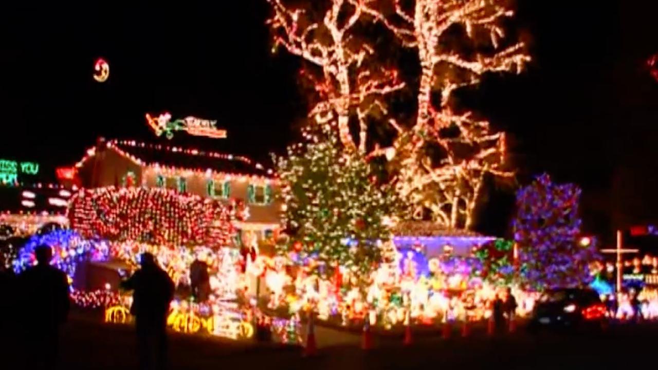 Amerikaanse Familie Versiert Volledig Huis Met Kerstverlichting Nu