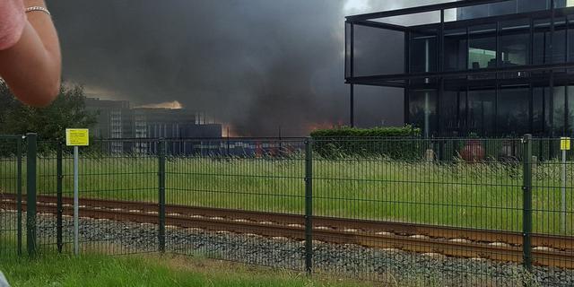 Enige tijd grote brand bij chemicaliënbedrijf in Apeldoorn
