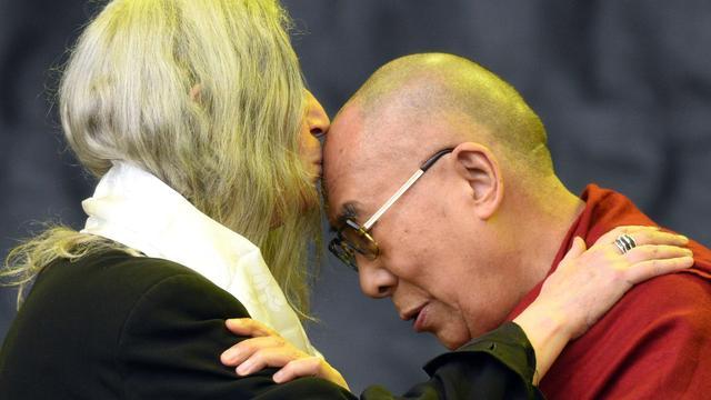 Dalai Lama met Patti Smith op podium Glastonbury