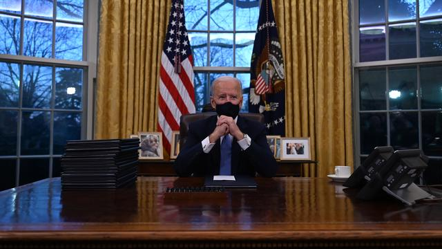 In the first hours of his inauguration, Biden signed 15 presidential decrees.  With this he ordered, among other things, the return to the Paris climate treaty and the end of the entry ban for people from predominantly Muslim countries.