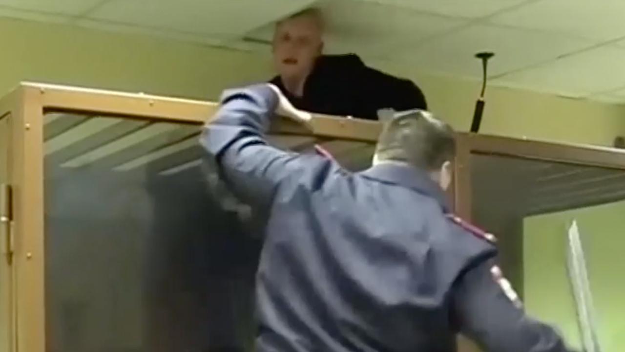 Moordverdachte wil via plafond uit Russische rechtbank ontsnappen