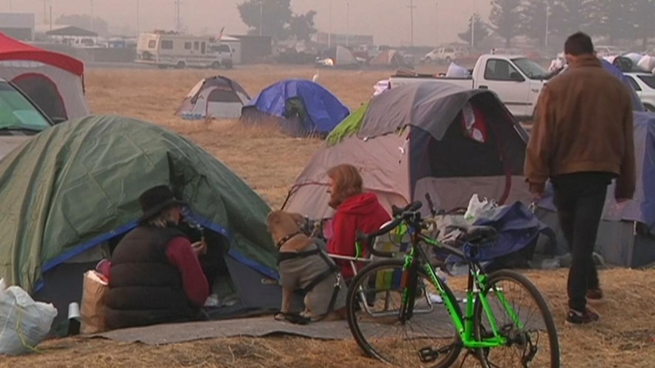 Slachtoffers bosbrand Californië wachten in tentenkampen