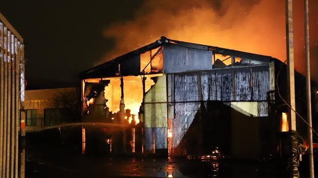 Verdachte opgepakt nadat grote brand ontstaat bij loods aan Polluxstraat