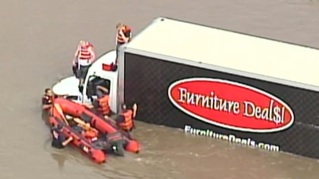 Reddingsbrigade redt duo van vrachtwagen na overstroming VS