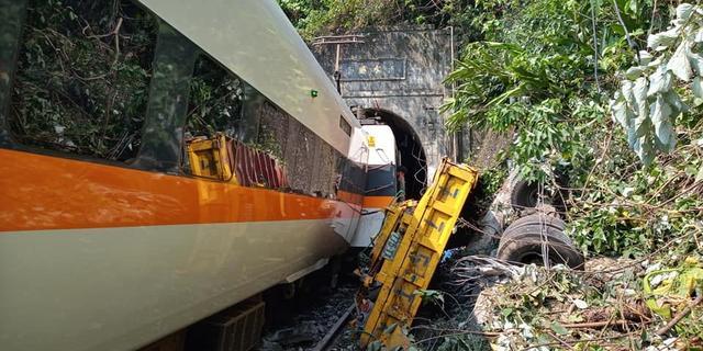 Vrachtwagen gleed vlak voor fataal treinongeluk Taiwan op het spoor