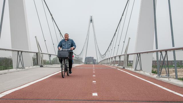Politie laat fietsers afstappen vanwege gladheid Dafne Schippersbrug