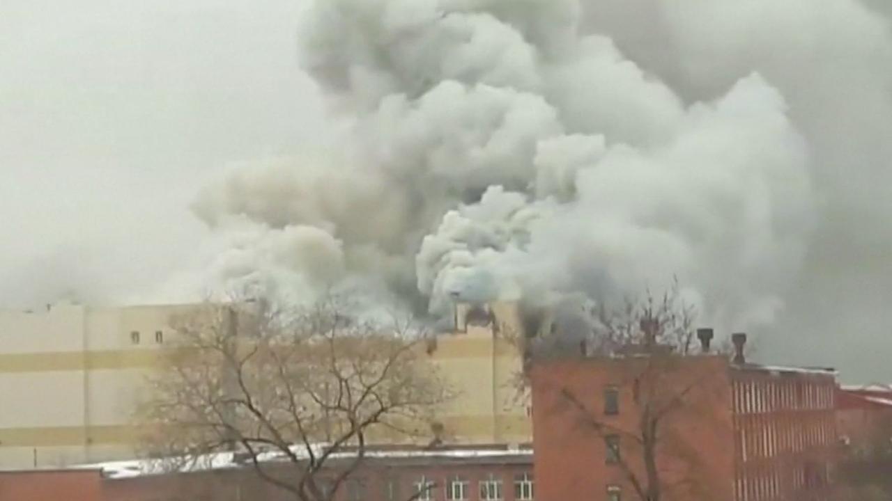Rookpluimen hangen boven winkelcentrum na dodelijke brand Siberië