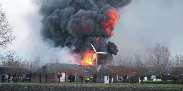 Grote brand in loods met auto's in Brabantse Alphen