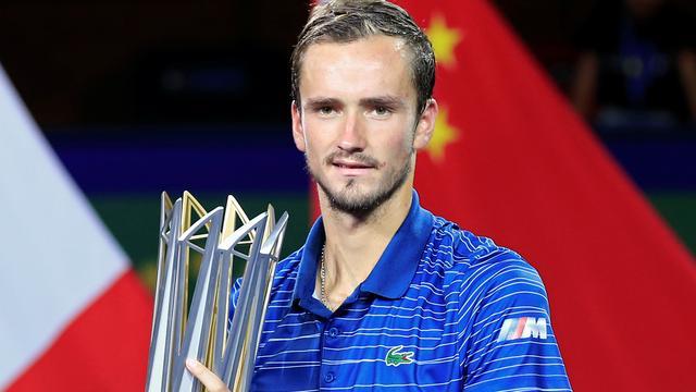 Medvedev klopt Zverev voor eerste keer en wint Masters-toernooi Sjanghai
