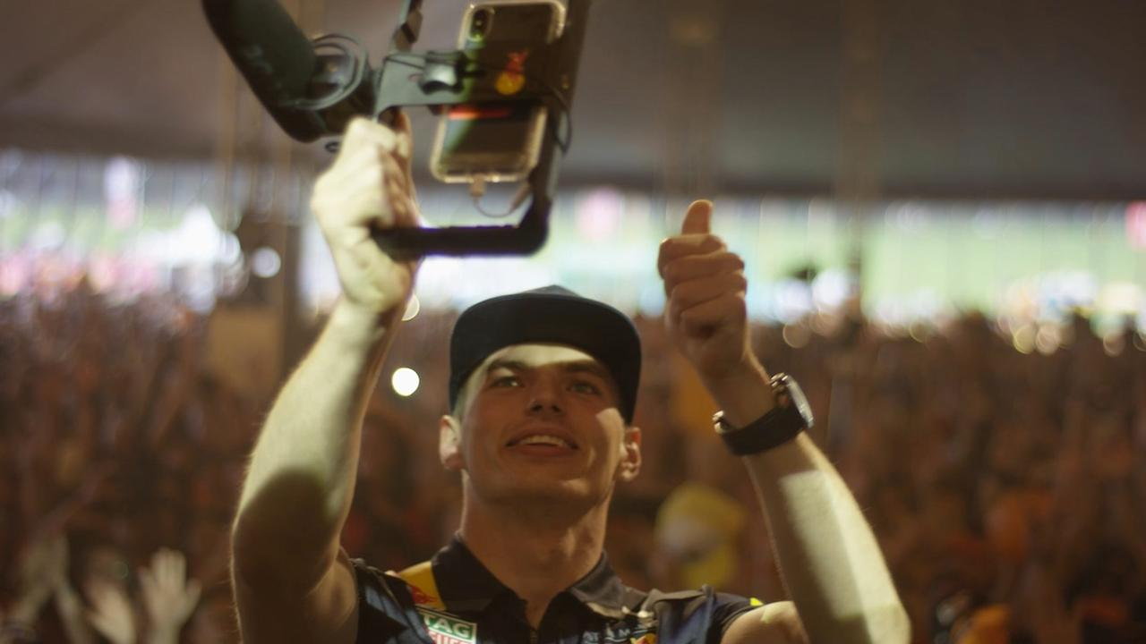Verstappen maakt selfie met 13.000 fans na kwalificatie Oostenrijk