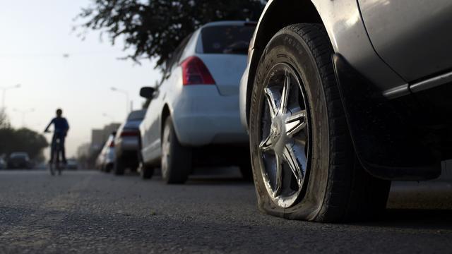 Politie in Afghanistan laat autobanden leeglopen tegen diefstal