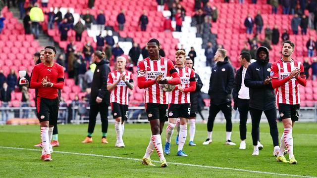 De spelers van PSV bedanken het publiek.