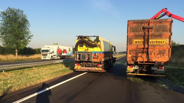 A58 hele nacht dicht door gekantelde truck met augurken.