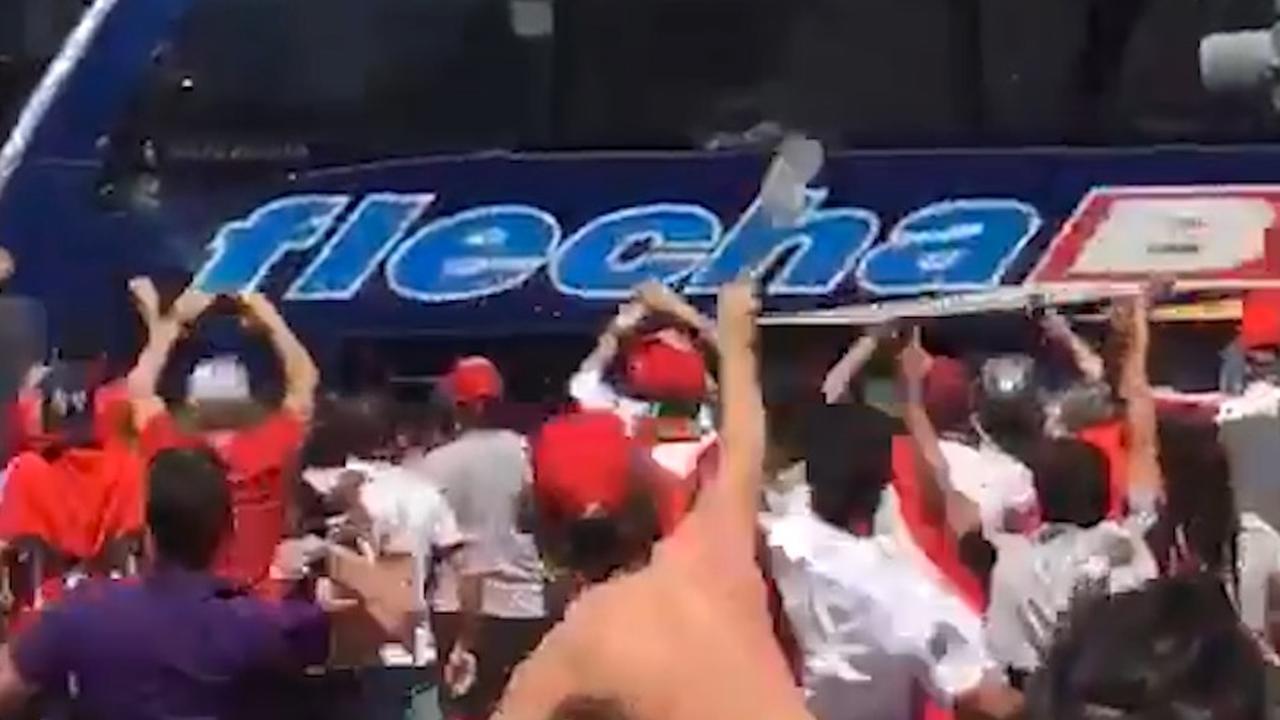 Fans River Plate bekogelen spelersbus rivaal Boca Juniors