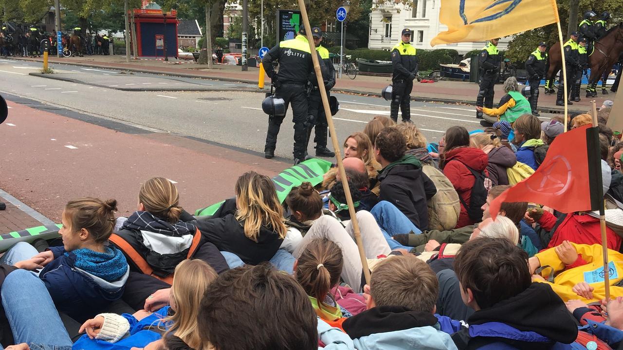 Politie begint klimaatblokkade Amsterdam uit elkaar te halen, tientallen arrestaties