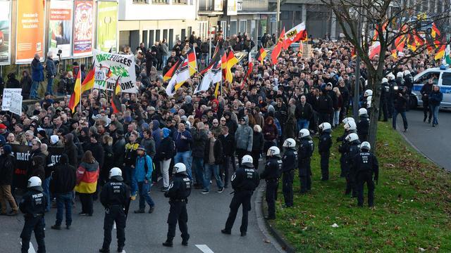Politie gebruikt waterkanonnen bij betoging Keulen