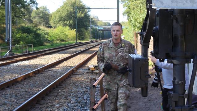 EOD verwijdert explosief bij spoor Laren