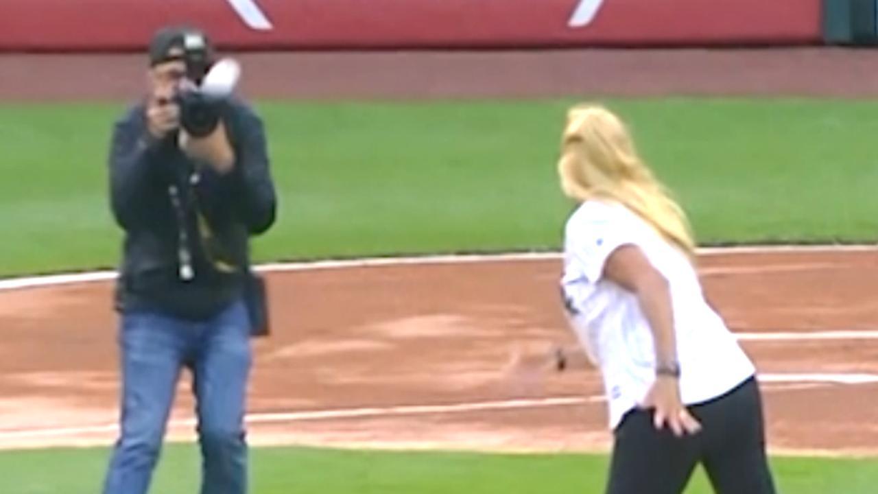 Medewerkster van Chicago White Sox raakt fotograaf met honkbal