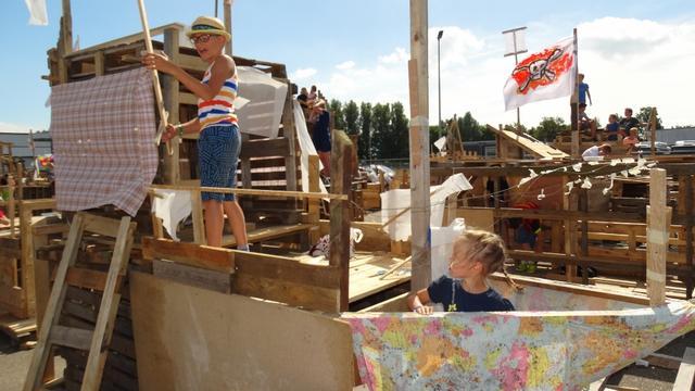 Kinderen genieten samen van Jeugdland