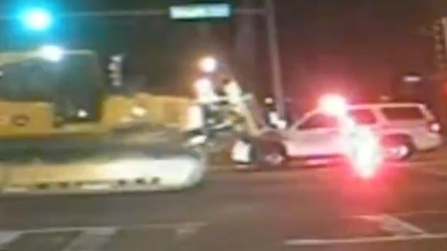 Gestolen bulldozer rijdt over politieauto heen in Illinois