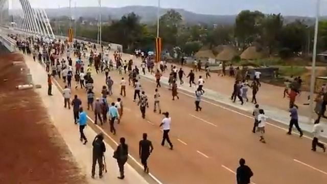 Duizenden rennen naar opening brug in Oeganda