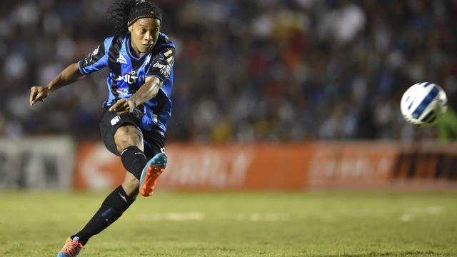 Ronaldinho profiteert van grote blunder doelman