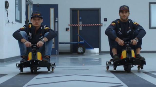 Max Verstappen en Daniel Ricciardo racen op skeltertjes