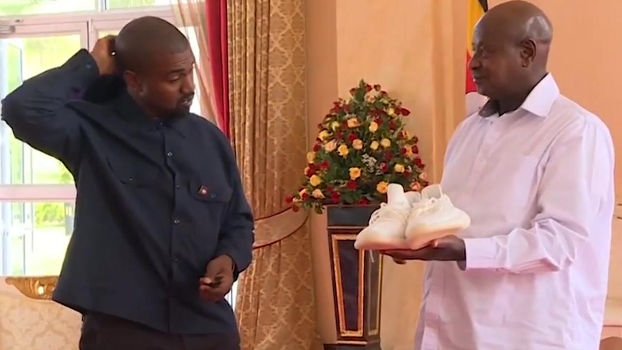 Ye West en Kim Kardashian geven sneakers aan president Oeganda