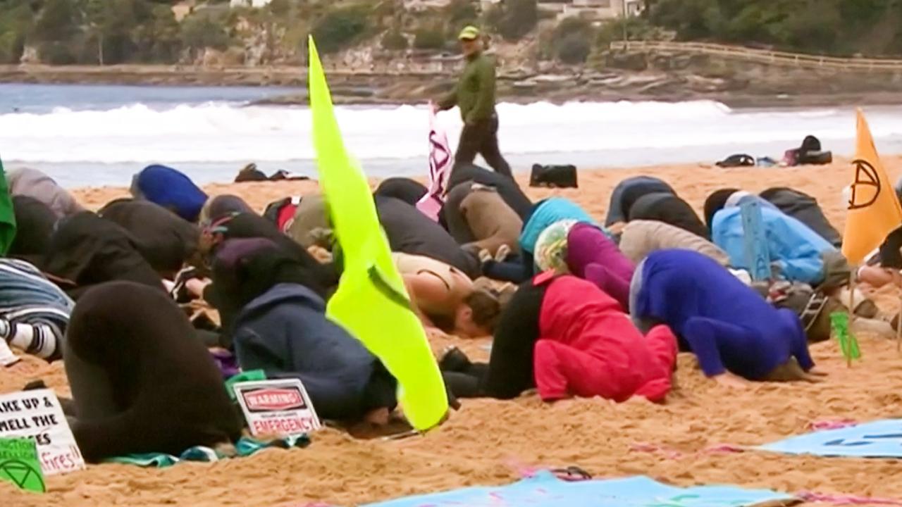 Klimaatactivisten steken 'kop in het zand' in Sydney