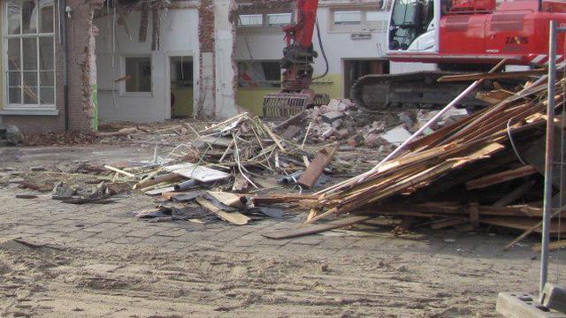Sloop oude schoolgebouw Sint Bavo in volle gang
