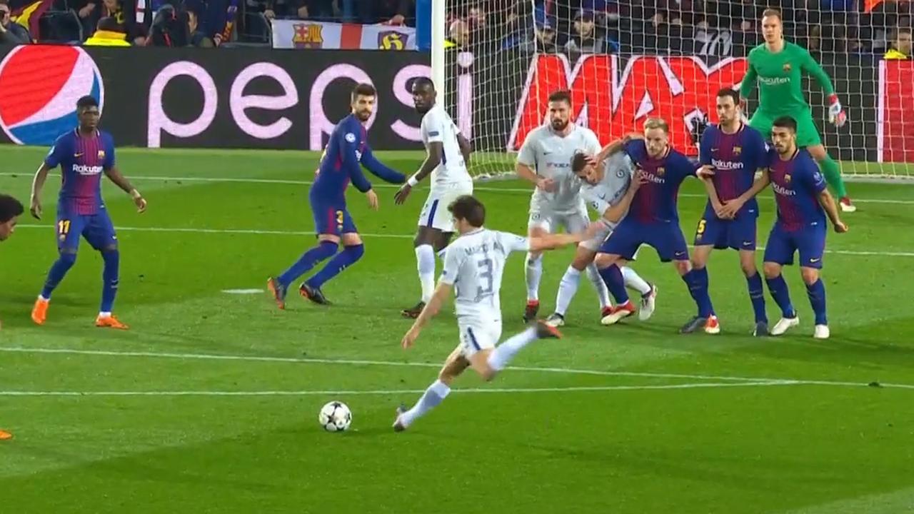 Chelsea-middenvelder Alonso raakt paal met vrije trap